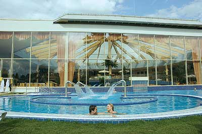 Warme Thermalsole-Becken in der Kristall-Sole-Therme